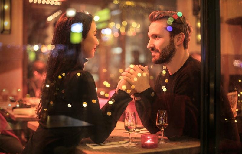 Mand og kvinde på romantisk date